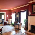 Hotels near Vogue Theatre Indianapolis - Looking Glass Inn - Bed And Breakfast