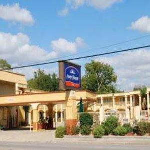 Hotels near Rosa Hart Theatre - Howard Johnson Inn - Historic Lake Charles