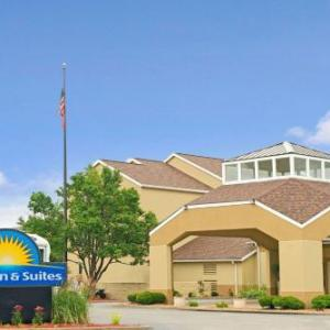 Gundaker Theater Hotels - Days Inn & Suites St. Louis/Westport