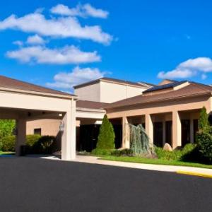 Hotels near PNC Bank Arts Center - Courtyard Lincroft Red Bank