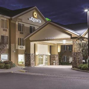 Hotels near Lithia Motors Amphitheatre - La Quinta Inn & Suites Central Point - Medford