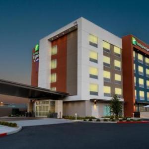 Holiday Inn Express & Suites - Las Vegas - E Tropicana