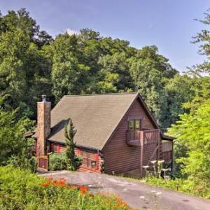 Sevierville Resort Cabin with Patio Porch and Hot Tub!