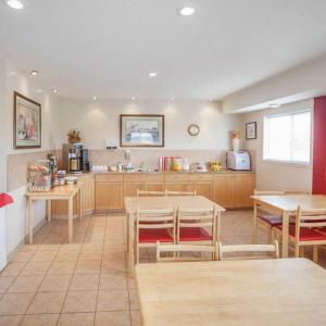 Century Theatre Innisfail Hotels - Econo Lodge Inn & Suites