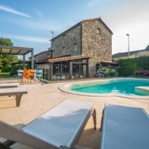 Book Now Il Nido Nella Bionda (Brugnato, Italy). Rooms Available for all budgets. An 18th-century stone house with swimming pool Il Nido Nella Bionda features rustic rooms with wood-beamed ceilings and some with stone walls. It is in Brugnato less than 1 km