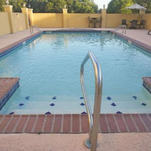Le Triomphe Golf and Country Club Hotels - La Quinta Inn & Suites Broussard - Lafayette Area