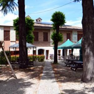 Book Now Il Cortile (Pievebovigliana, Italy). Rooms Available for all budgets. Offering a bar Il Cortile is located in Pievebovigliana on the edge of the Monti Sibillini National Park.Rustic-style rooms here come with tiled floors and wrought-iron beds.