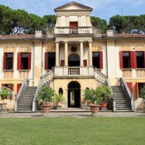 Book Now Castello Di Este (Este, Italy). Rooms Available for all budgets. Set in Este this apartment is 26 km from Padova. Guests benefit from free WiFi and private parking available on site.The kitchen is fitted with a dishwasher and an oven. There