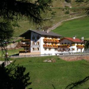 Book Now Hotel Alpenfriede (Curon Venosta, Italy). Rooms Available for all budgets. Offering a restaurant serving traditional cusine Hotel Alpenfriede features rooms with a mountain-view balcony in Caprone 7 km from Curon Venosta/ Graun. It also has a wellnes