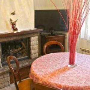Book Now Kiwi 2.0 (Bolano, Italy). Rooms Available for all budgets. Featuring a private garden with BBQ facilities Kiwi 2.0 is an air-conditioned house located in Ceparana. Free parking and free WiFi are also available.The house is composed of