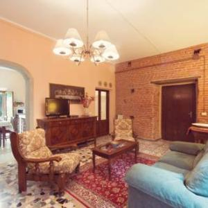 Book Now Holiday Home Casa Torre Baroni (Vicopisano, Italy). Rooms Available for all budgets. Set in Vicopisano in the Tuscany Region this holiday home is 15 km from Pisa. Guests benefit from terrace. Free WiFi is featured throughout the property.There is a seating are