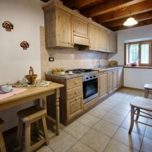 Book Now La Marmote Albergo Diffuso di Paluzza Clome (Paluzza, Italy). Rooms Available for all budgets. Located 17 km from the Monte Zoncolan ski area La Marmote Albergo Diffuso di Paluzza Clome has apartments with parquet floors and a washing machine. It comes with ski storage