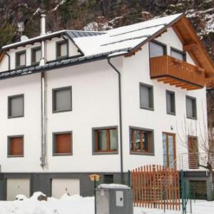 Book Now La Marmote Albergo Diffuso di Paluzza Testeons Nord (Paluzza, Italy). Rooms Available for all budgets. With a mountain/view terrace the apartment at La Marmote Albergo Diffuso di Paluzza Testeons Nord features period furniture and a fully equipped kitchen. It is located a 2-min