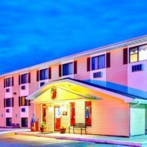 Burlington Memorial Auditorium Hotels - Super 8 By Wyndham Burlington