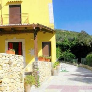 Book Now Villetta Laudani (Buseto Superiore, Italy). Rooms Available for all budgets. Featuring a seasonal outdoor pool Villetta Laudani is a holiday home located in Buseto Superiore in the Sicily Region. Guests benefit from patio.The unit fitted with a kitchen