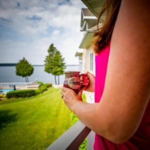 Book Now Westwood Shores Waterfront Resort (Sturgeon Bay, United States). Rooms Available for all budgets. Offering an outdoor pool and an indoor pool Westwood Shores Waterfront Resort is located in Sturgeon Bay. Free WiFi access is available in this resort. The waterfront Peninsul