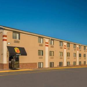 Hotels near Pinewood Bowl Theater - Super 8 By Wyndham Lincoln West