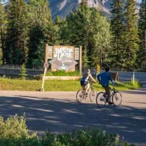 Hotels near Lake Louise Ski Area - Johnston Canyon Lodge & Bungalows