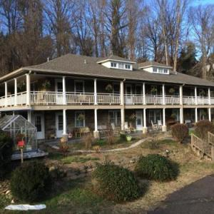 Hotels near Great Smoky Mountains Railroad - Calhoun House Inn & Suites