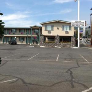 Hotels near Rogue Theatre Grants Pass - Knights Inn Motel