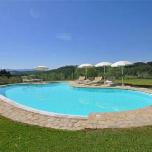 Book Now Holiday Home Gimignano I (Bibbiano, Italy). Rooms Available for all budgets. Set in Bibbiano in the Tuscany Region this apartment features a garden with a seasonal outdoor pool and a barbecue. The unit is 35 km from Florence.The kitchen features a frid