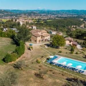 Book Now Country House Villalugnano (Lugnano, Italy). Rooms Available for all budgets. Country House Villalugnano is set amongst the hills of the High Tiber Valley a 20-minute drive from Città di Castello. A stone building from 1600 the property offers an o