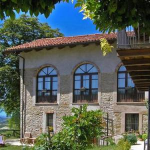 Book Now Miravalle (Trezzo Tinella, Italy). Rooms Available for all budgets. Cosy apartment in a great location in Piemonte. The apartment is situated in a colonial house in the shape of an amphitheatre with enchanting views on the vineyards and the hi