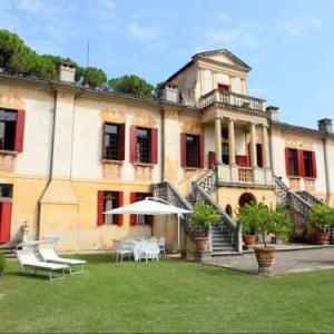 Book Now Vigna Contarena Alessandro (Este, Italy). Rooms Available for all budgets. This superb ground-floor holiday apartment measures 120 m2 and is located within a Venetian villa ( Villa Veneta ) dating back to the XVI century. The villa is situated in Est