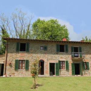 Book Now Marta (Castelfranco di Sopra, Italy). Rooms Available for all budgets. Casale Marta nestles in the hilly landscape of Castelfranco di Sopra. It is between the cities of Arezzo and Florence. This typical Tuscan farmhouse complex is on a country es