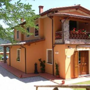 Book Now Casa Francesca (Pescaglia, Italy). Rooms Available for all budgets. Located in Pescaglia this holiday home is 28 km from Pisa. You can fire up the barbecue for a tasty meal and enjoy the garden in fair weather. Free private parking is availabl