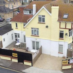 SINGER HOUSE BEACH SEAFRONT GUARANTEED FREE PARKING & WIFI  SKY MOVIES DISNEY SPORTS  CHILDREN TOY ROOM CHILDREN Outside PLAY AREA  BALLET MAKE UP & PIANO STUDIO