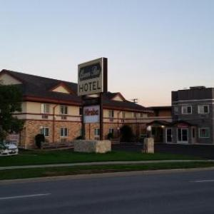 Investors Group Athletic Centre Hotels - Queen Bee Hotel