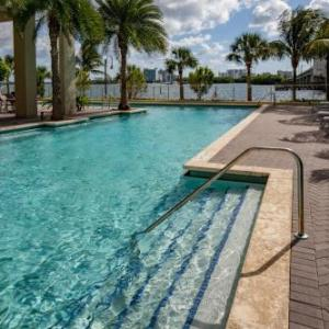 Book Now Mare Azur Miami Luxury Apartments by Grand Bay (Miami, United States). Rooms Available for all budgets. Located on Biscayne Bay and 14.6 km from Miami Beach Mare Azur Miami by Grand Bay provides guests with an outdoor pool and sauna. For added convenience free WiFi is included.