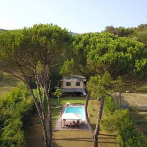 Book Now Il Poderone (Pescaglia, Italy). Rooms Available for all budgets. Featuring an outdoor pool Il Poderone is a detached holiday home situated in Pescaglia in the Tuscany Region. The property is 21 km from Pisa and free private parking is offer