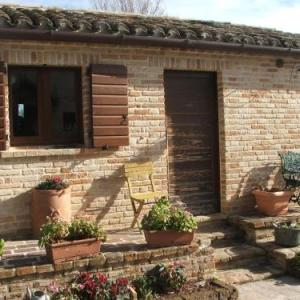 Book Now Il Casale dell'Acquabona (Montefano, Italy). Rooms Available for all budgets. Offering views of the surrounding hills from its raised position Il Casale dell'Acquabona is surrounded by a wide garden. The property is located in a peaceful area 3 km off M