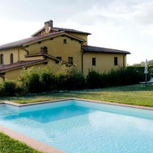Book Now Il Bellini (Castelfranco di Sopra, Italy). Rooms Available for all budgets. Surrounded by its large garden with pool Il Bellini offers apartments with terrace and BBQ in the countryside around Castelfranco di Sopra. This renovated country house is 40