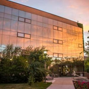 Hotels near Dee Glen Smith Spectrum - University Inn & Conference Center