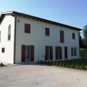 Book Now Agriturismo Campoverde (Camponogara, Italy). Rooms Available for all budgets. Set in its furnished garden with playground in Camponogara Agriturismo Campoverde offers rooms with a balcony 8 km from baroque Villa Pisani. It offers bike rental BBQ facilit