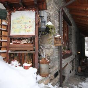 Book Now Affittacamere Lo Micio di Tata (Pre Saint Didier, Italy). Rooms Available for all budgets. Set in the spa town of Pre Saint Didier Lo Micio Di Tatà offers spacious mountain-style rooms with wooden floors. The Courmayeur ski slopes are 4 km away.Overlooking the
