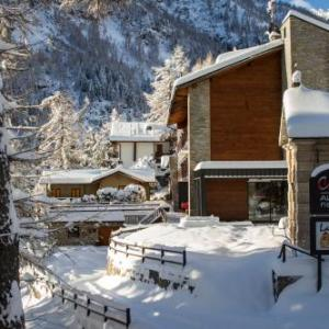 Book Now Albergo Ristorante Cuccini (Varzo, Italy). Rooms Available for all budgets. Set in its garden and surrounded by the mountains Albergo Ristorante Cuccini features an à la carte restaurant and free Wi-Fi throughout. The ski lift linking to San Dome