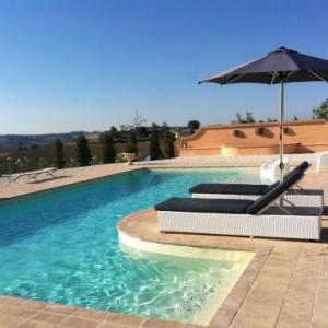 Book Now Relais Il Margarito (Montefano, Italy). Rooms Available for all budgets. Set in the Marche countryside Il Margarito is a working farm offering an outdoor swimming pool free golf course a golf driving range and a large garden with tables and chairs.