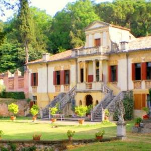 Book Now Vigna Contarena Guido (Este, Italy). Rooms Available for all budgets. This superb ground-floor holiday apartment measures 120 m2 and is located within a Venetian villa ( Villa Veneta ) dating back to the XVI century. The villa is situated in Est