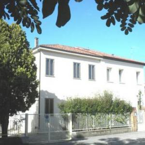 Book Now Casa Irma Este (Este, Italy). Rooms Available for all budgets. This spacious holiday home is in the attractive town of Este. The town has a long history and is in the north-east of Italy. It is near the historic city of Padua. The holiday