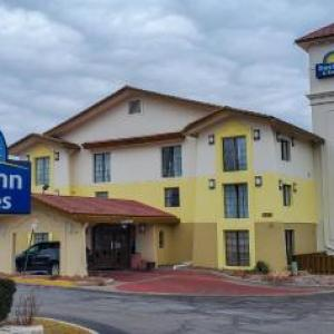 Hotels near Shaw's Crab House Schaumburg - Days Inn & Suites By Wyndham Schaumburg