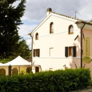 Book Now B&B Montechiaro (Mogliano, Italy). Rooms Available for all budgets. Located on the top floor of the farmhouse Agriturismo Montechiaro B&B Montechiaro is a 5-minute drive from Mogliano and offers panoramic views on the hills and free Wi-Fi
