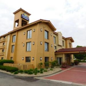 Days Inn & Suites Arlington Heights