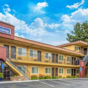 Hotels near Theatre Banshee - Travelodge Burbank-Glendale
