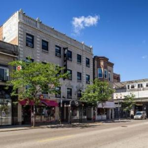 Hotels near Rockit Burger Bar Wrigleyville - City Suites Hotel