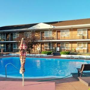 Long Island Aquarium Hotels - Budget Host East End Hotel in Riverhead