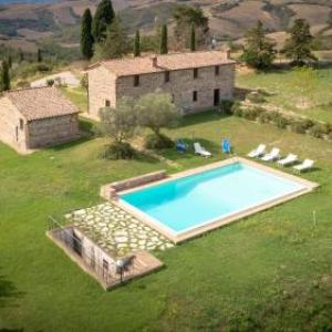 Book Now Villa Podere Oliveto (Radicofani, Italy). Rooms Available for all budgets. Featuring an outdoor pool and a private garden with panoramic views of the Tuscan countryside Podere Oliveto is a 10-minute drive from a Radicofani. It offers self-catering ac
